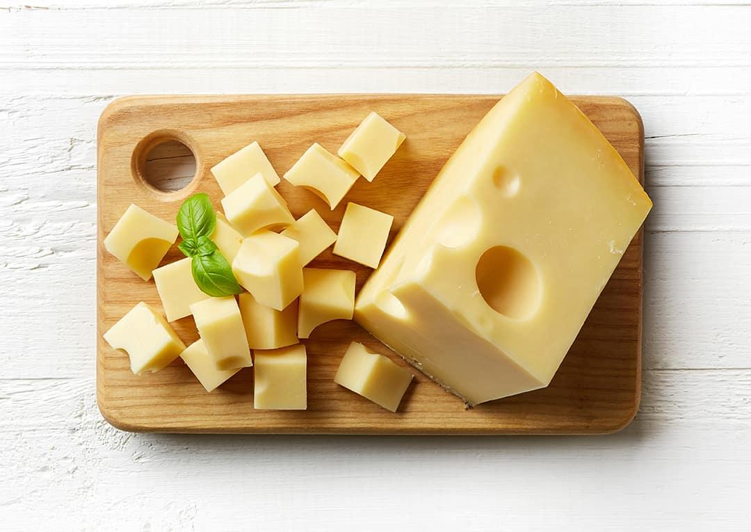 Сыр твердых сортов порезанный на кусочки для собаки