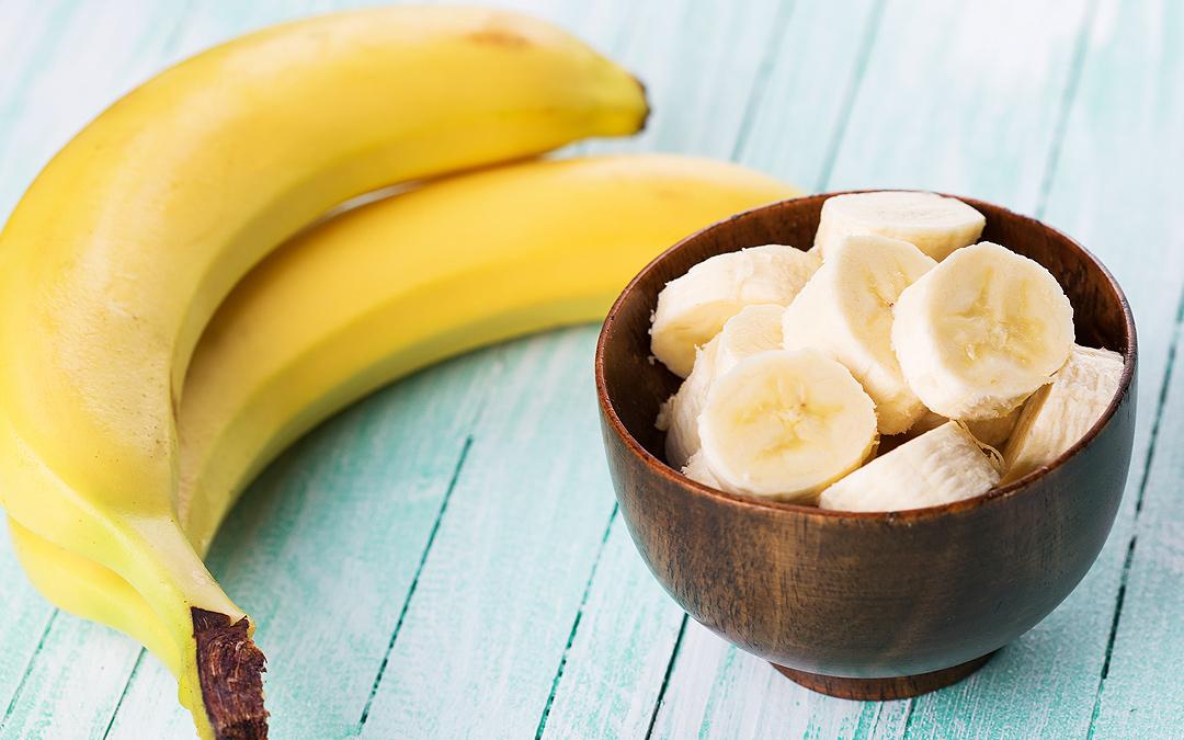 Бананы, нарезанные бананы в тарелке