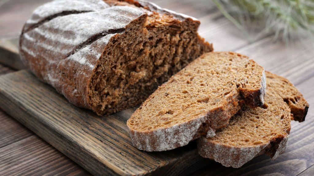 нарезанный батон черного хлеба